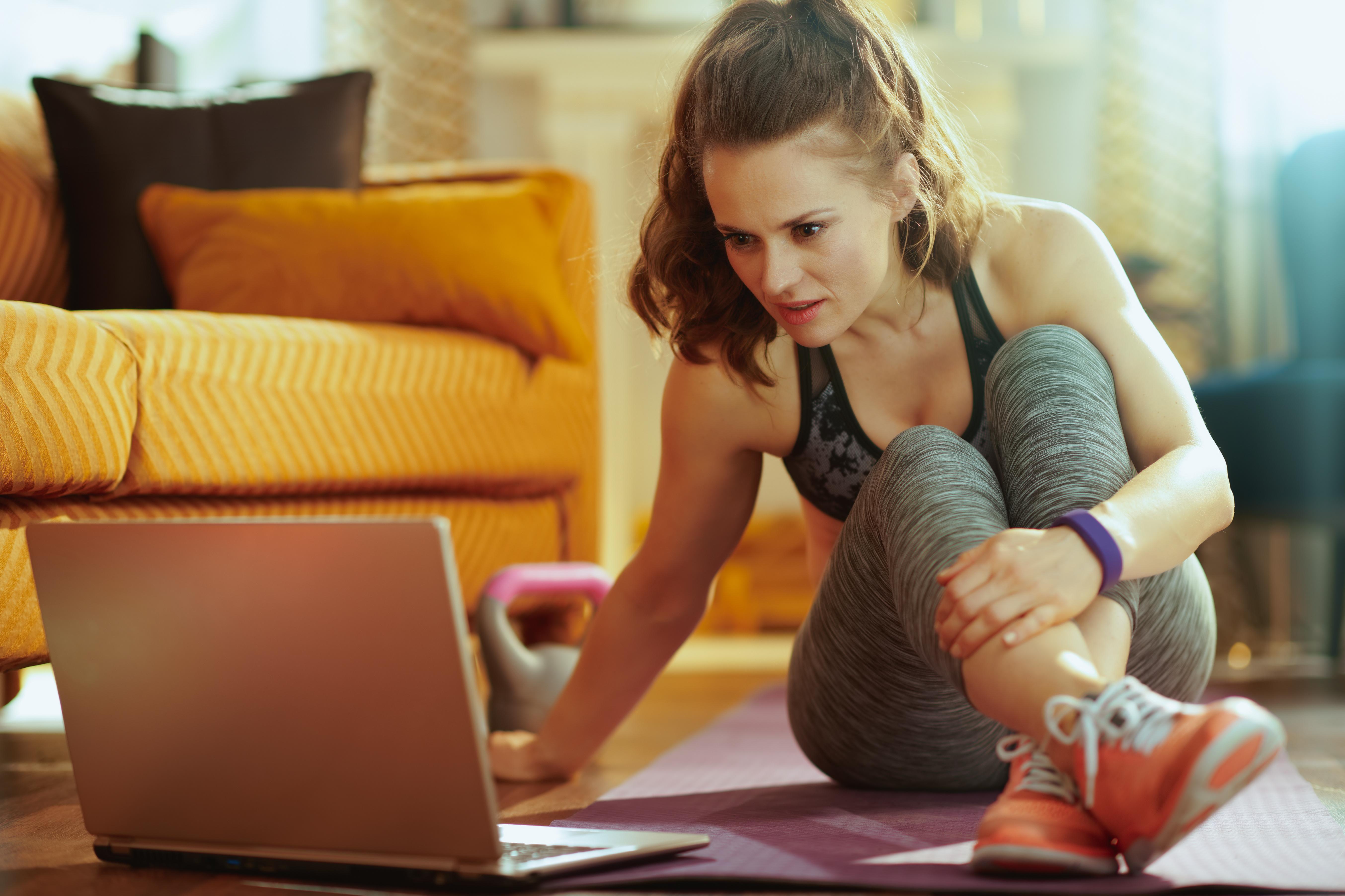 Frau die eine Online Fitness Bootcamp bucht.