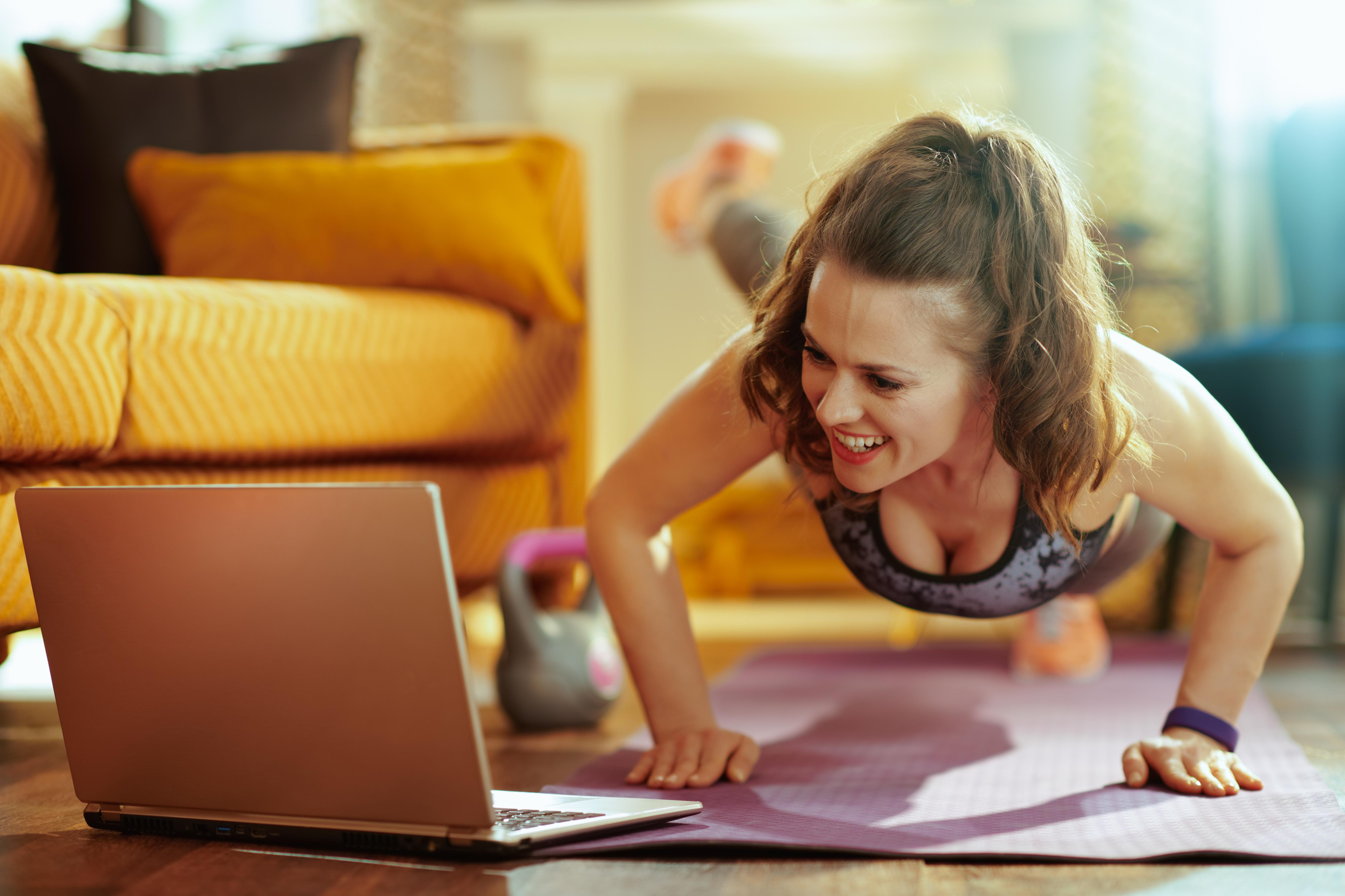 Frau beim Online Training