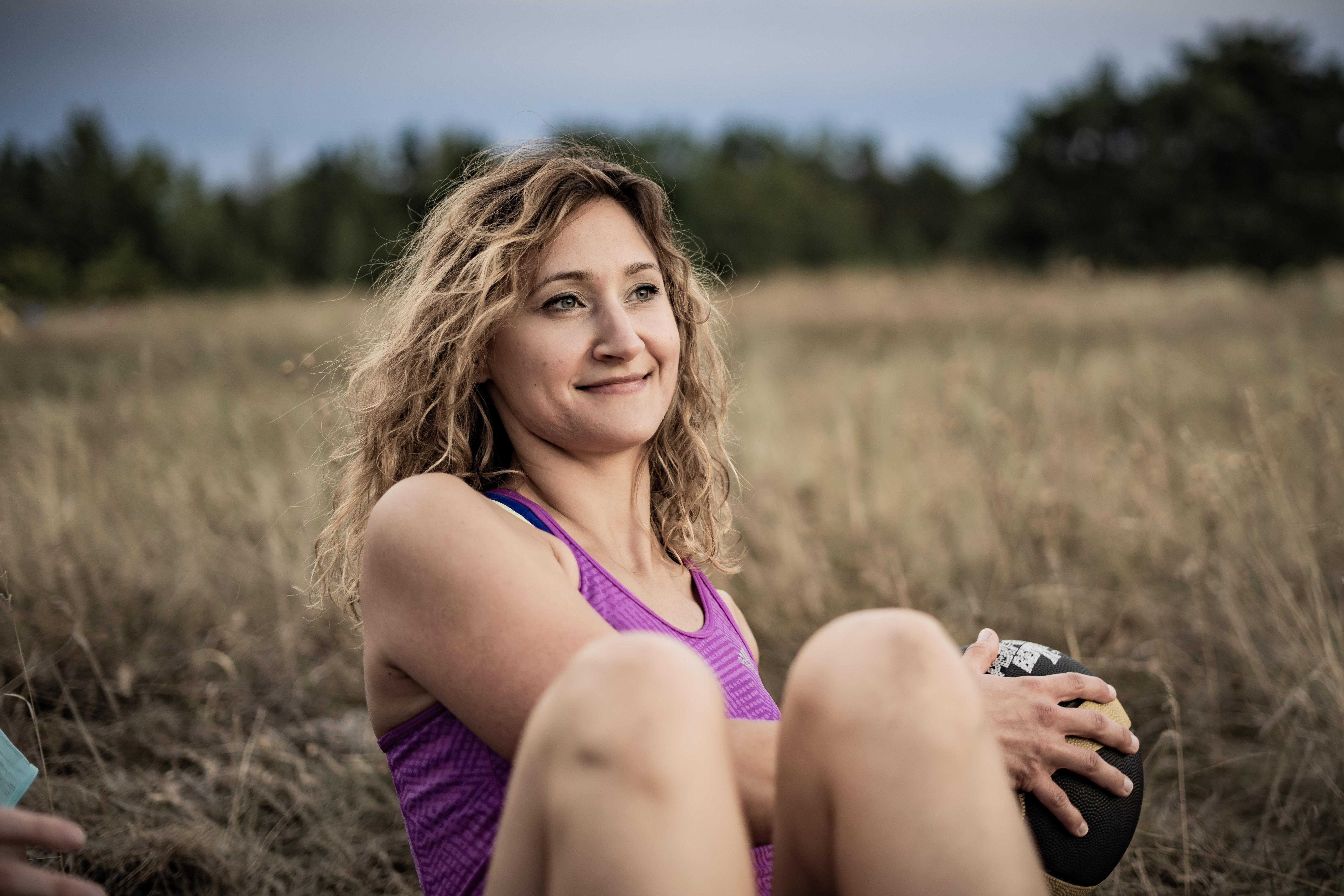 Frau beim Outdoor Fitness Bootcamp Training